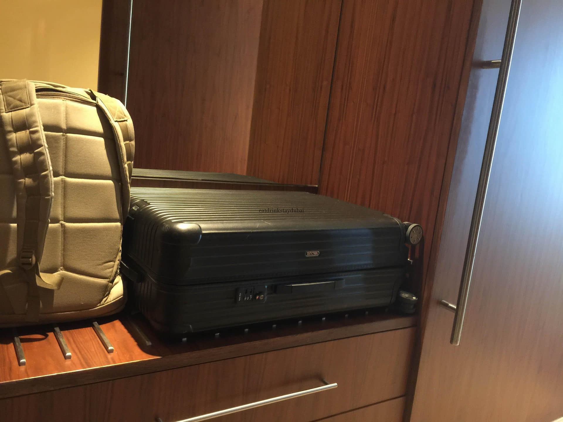 Hotel Review JW Marriott Marquis Dubai: Bedroom Luggage Rack