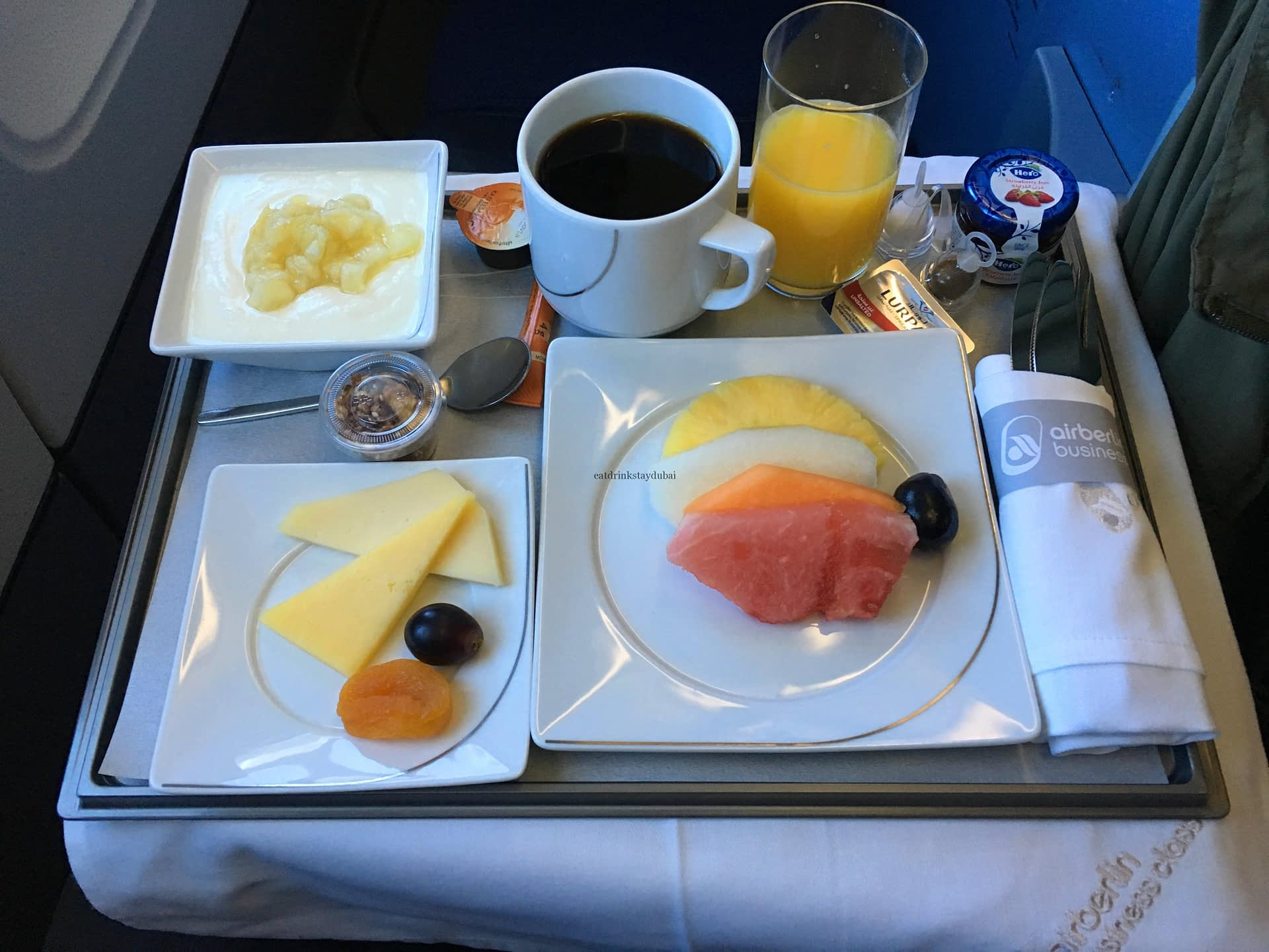 air-berlin-business-class-a330-200-ab-7495-auh-txl_breakfast-01